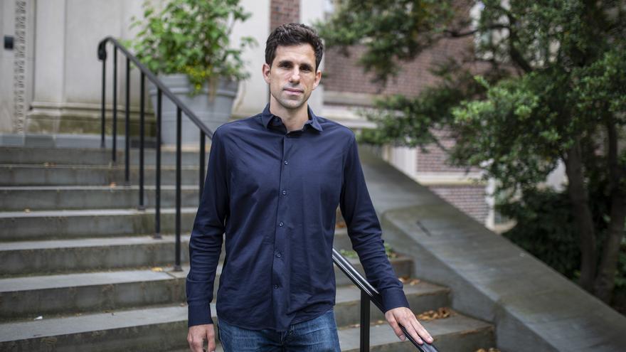 El científico coruñés César de la Fuente recibe el Premio Princesa Girona de Investigación