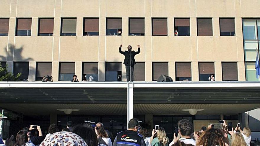 Antonio Orozco homenajea a los sanitarios con un concierto en el techo de un hospital