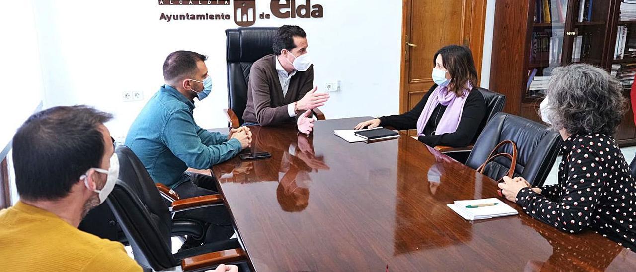 La consellera de Participación, presentando al alcalde de Elda el nuevo portal ciudadano.