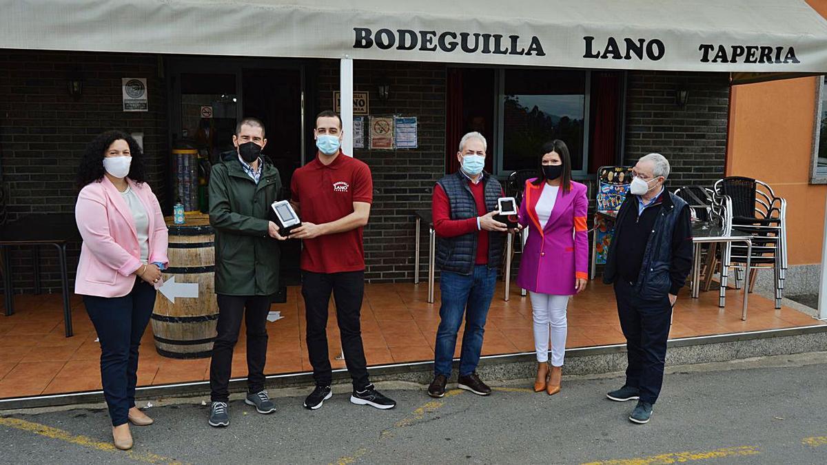 Nidia Arévalo, el director general de RodaVigo y la edil Julia Loureiro entregan los medidores de CO2.    // D.P.