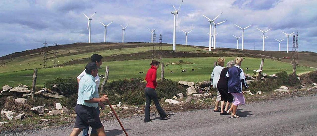 Turistas en las proximidades del parque eólico Pico Gallo, en una imagen de archivo.