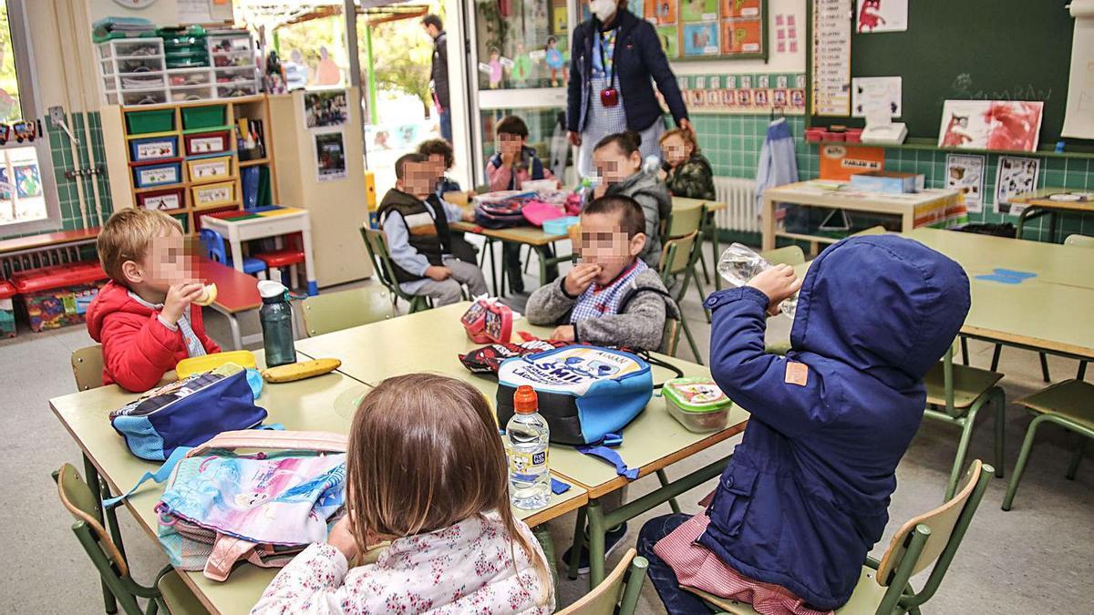 Los escolares más pequeños plantando cara al frío en las aulas.