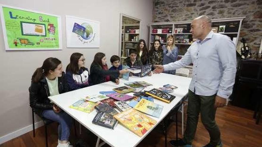 Un centro de estudios de Piedras Blancas dona libros en inglés al colegio de Campiello