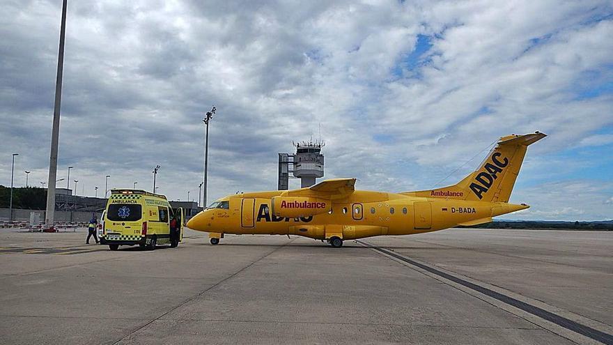 Un avió ambulància a l'aeroport de Girona