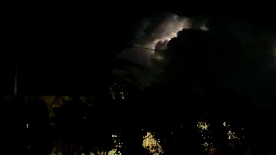 Una impresionante tormenta eléctrica ilumina el cielo nocturno en Alicante