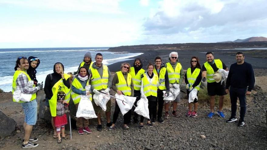 Voluntarios del proyecto Wings Of The Ocean se unen a la limpieza de playa Janubio