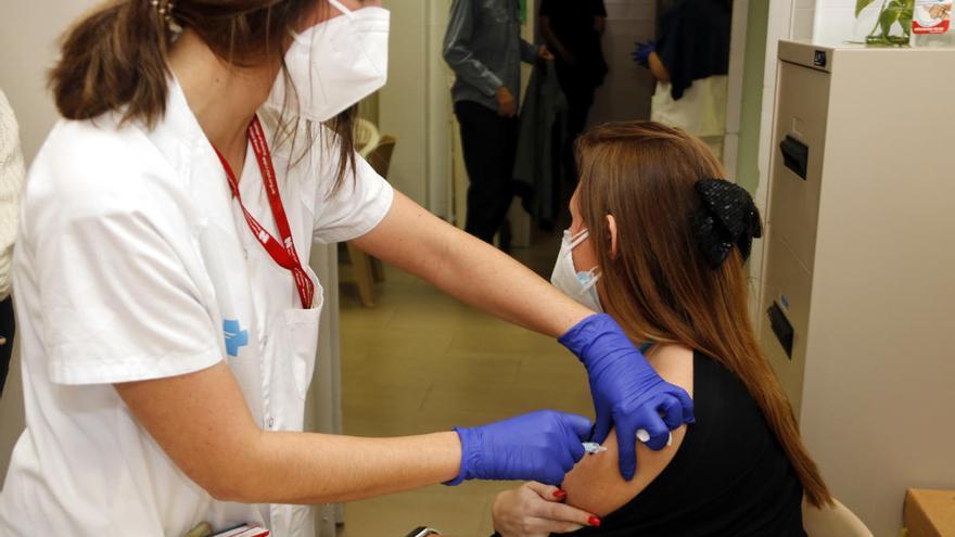 Sanitat investiga la mort d'una professora de 43 anys vacunada amb AstraZeneca a Marbella