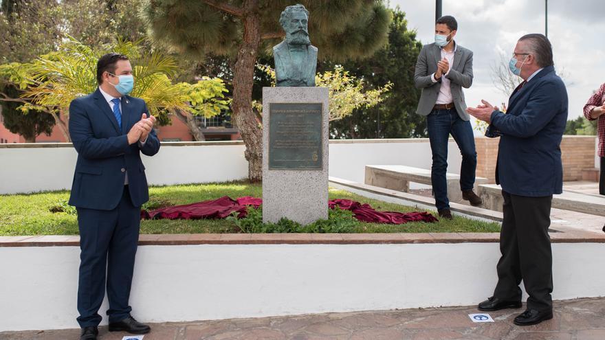 Colocación de un busto en Arona en homenaje a Eduardo Domínguez