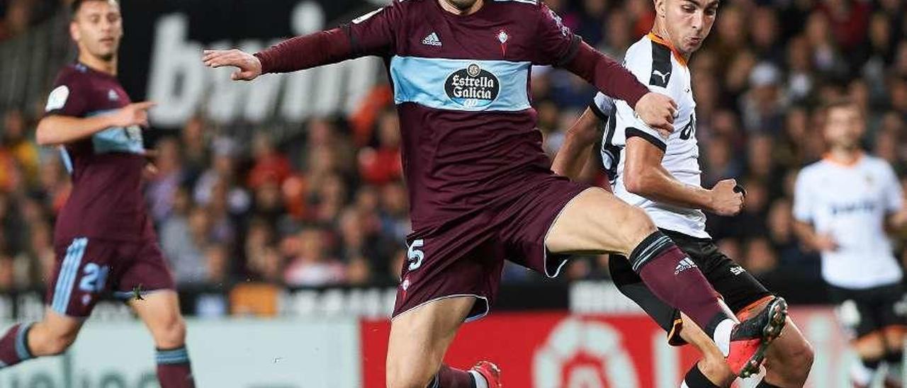Okay Yokuslu disputa un balón a Ferrán Torres durante la visita del Celta a Mestalla . // Europa Press