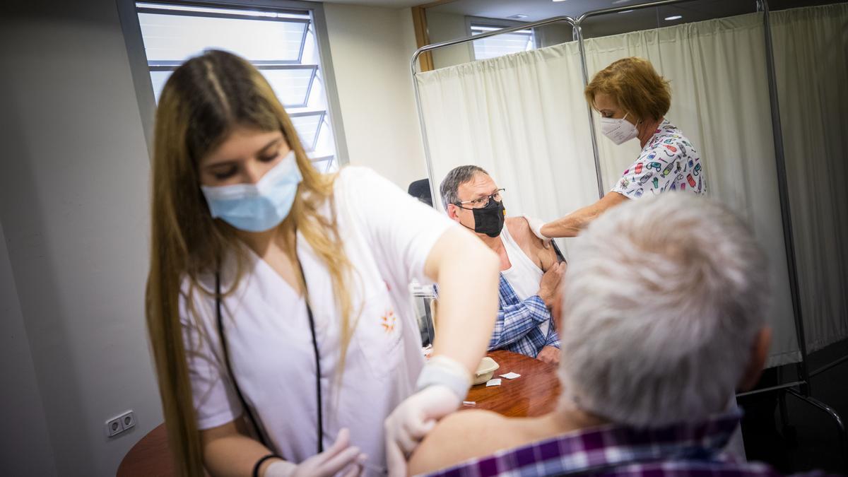 Dos enfermeras vacunan a dos zaragozanos contra el covid.