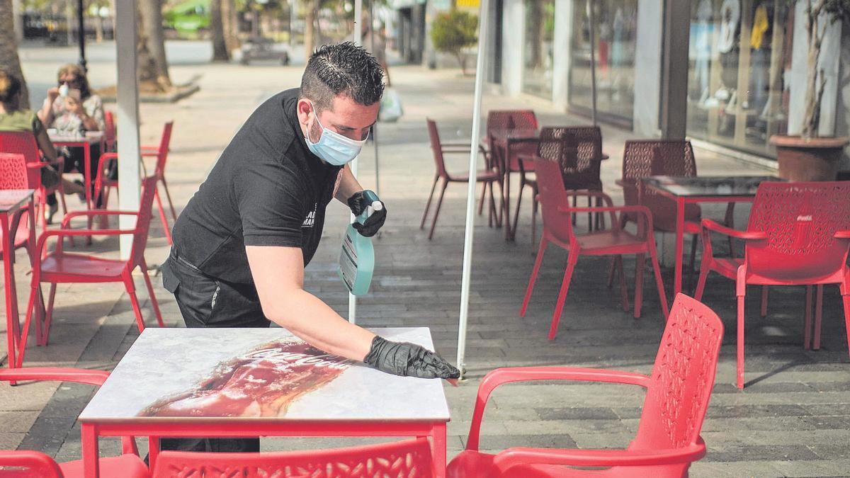 Un camarero limpia una mesa en San Sebastián de La Gomera.