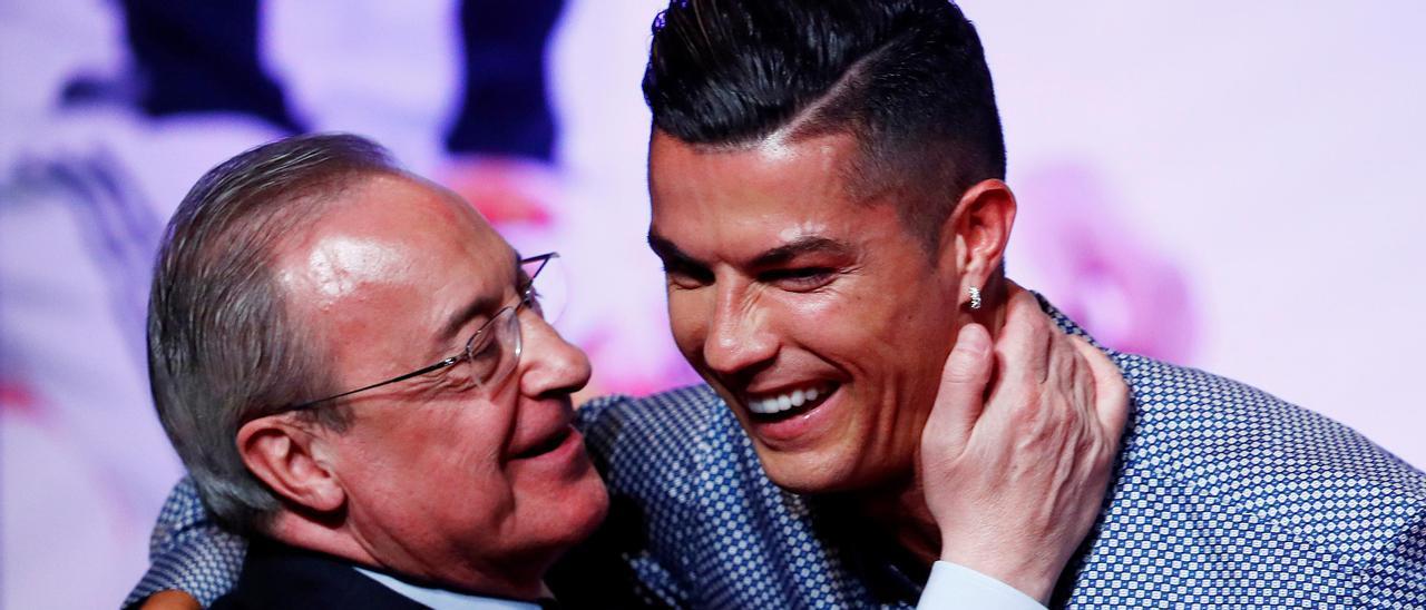Florentino Pérez se abraza con Cristiano Ronaldo