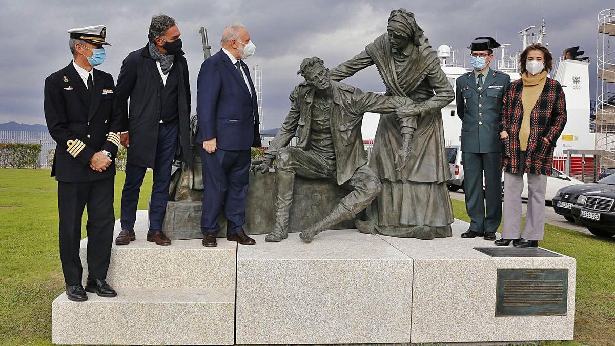 """Enrique López Veiga y José Molares, ayer, con distintas autoridades tras descubrir  el conjunto escultórico, que lleva por título """"Siempre Benéfica""""."""