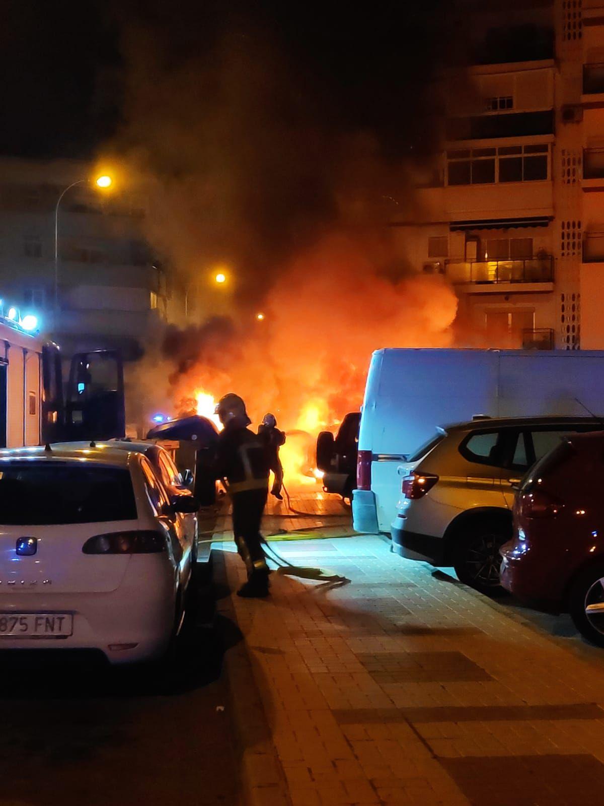Aparatoso incendio de varios vehículos en Vélez-Málaga