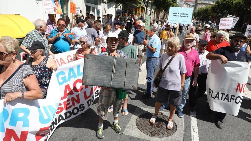 Emigrantes retornados reclaman soluciones a sus pensiones ante el Parlamento
