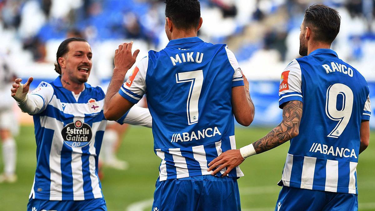 Héctor celebra con Miku y Rayco uno de los goles al Langreo el domingo pasado.    // VÍCTOR ECHAVE