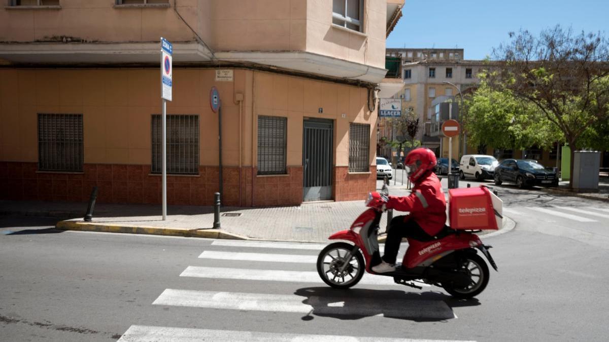 Un repartidor de pizza en una calle de Gandia/rafa andrés