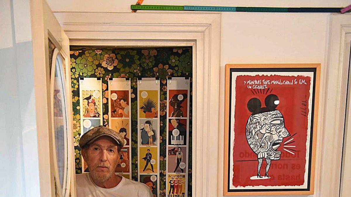 El responsable de Milicia Gráfica, Javier de la Rosa, en el interior de la cabina telefónica integrada en el estudio coruñés.