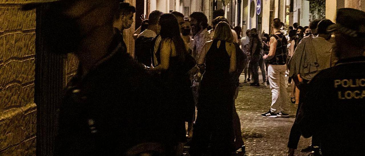 Jóvenes en la zona de locales de ocio del casco antiguo de Alicante el sábado por la noche. |