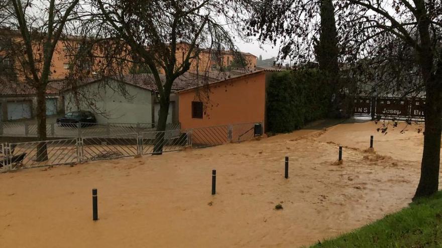 L'acumulació d'aigua impedeix l'accés a l'institut Brugulat