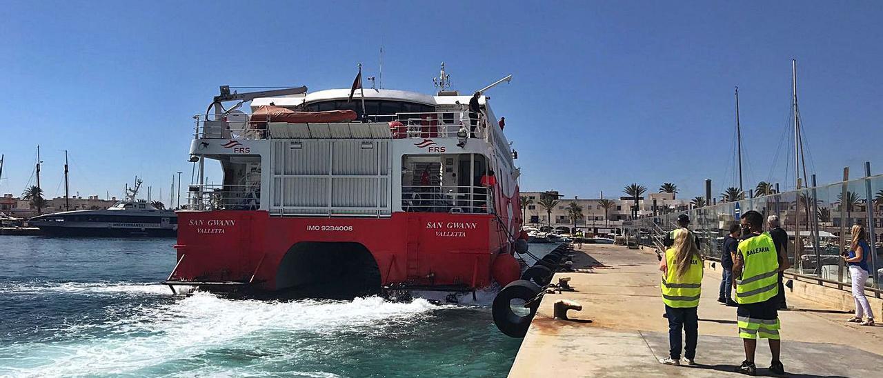 El 'San Gwann', durante la maniobra de atraque en el puerto de la Savina.