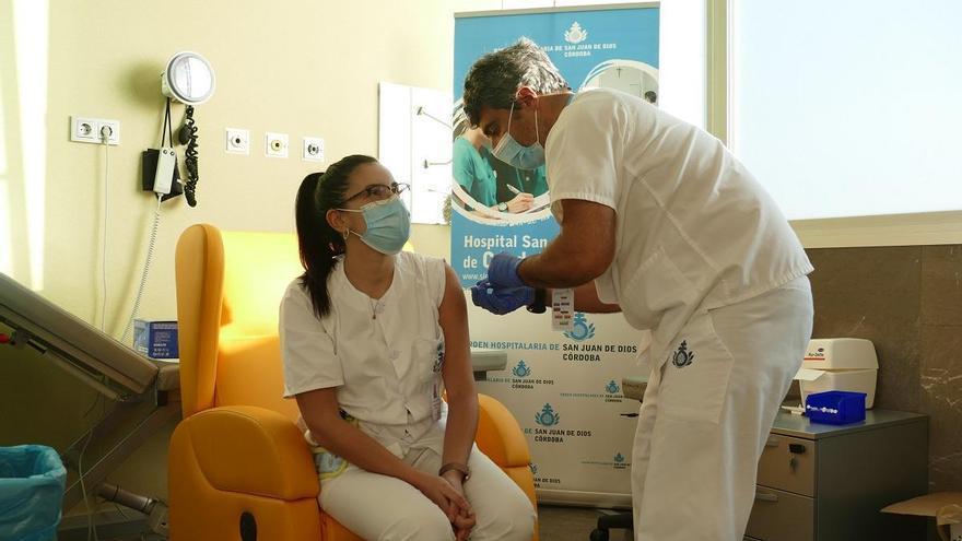Los hospitales San Juan de Dios y Quirónsalud inician su proceso de vacunación frente a la covid-19