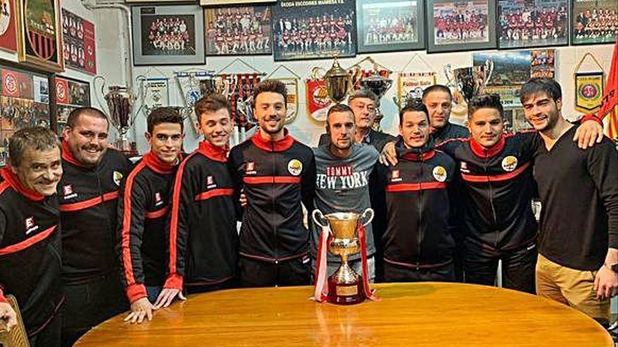 L'equip campió del Manresa FS ja té la imatge amb el trofeu