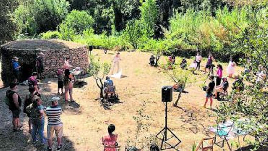 Inauguració de la restauració del pou de glaç d'en Margarit a Abrera i visita a l'escultura Caramell