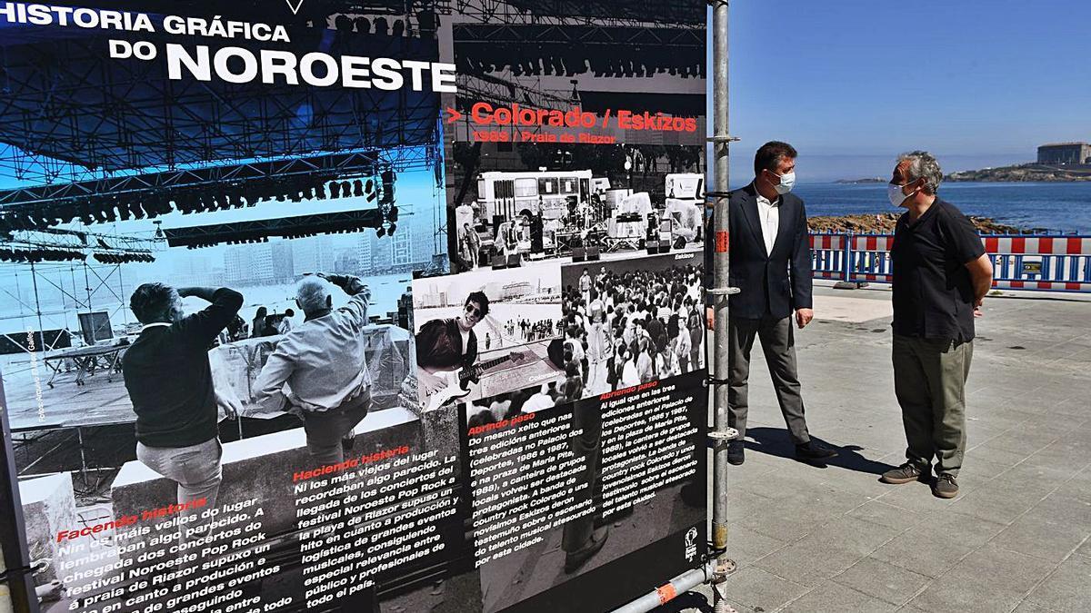 Exposición de fotos del festival Noroeste, el verano pasado junto a la playa de Riazor.   | // CARLOS PARDELLAS