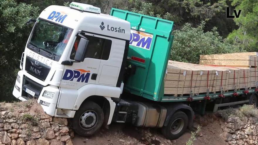 La falta de espacio para la actuación de una grúa complica el rescate del camión de Algar