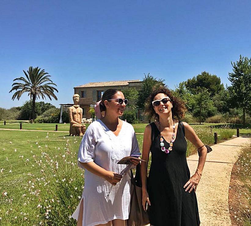 La artista, junto a la galerista Maribel Bordoy, en el Hotel Fontsanta.