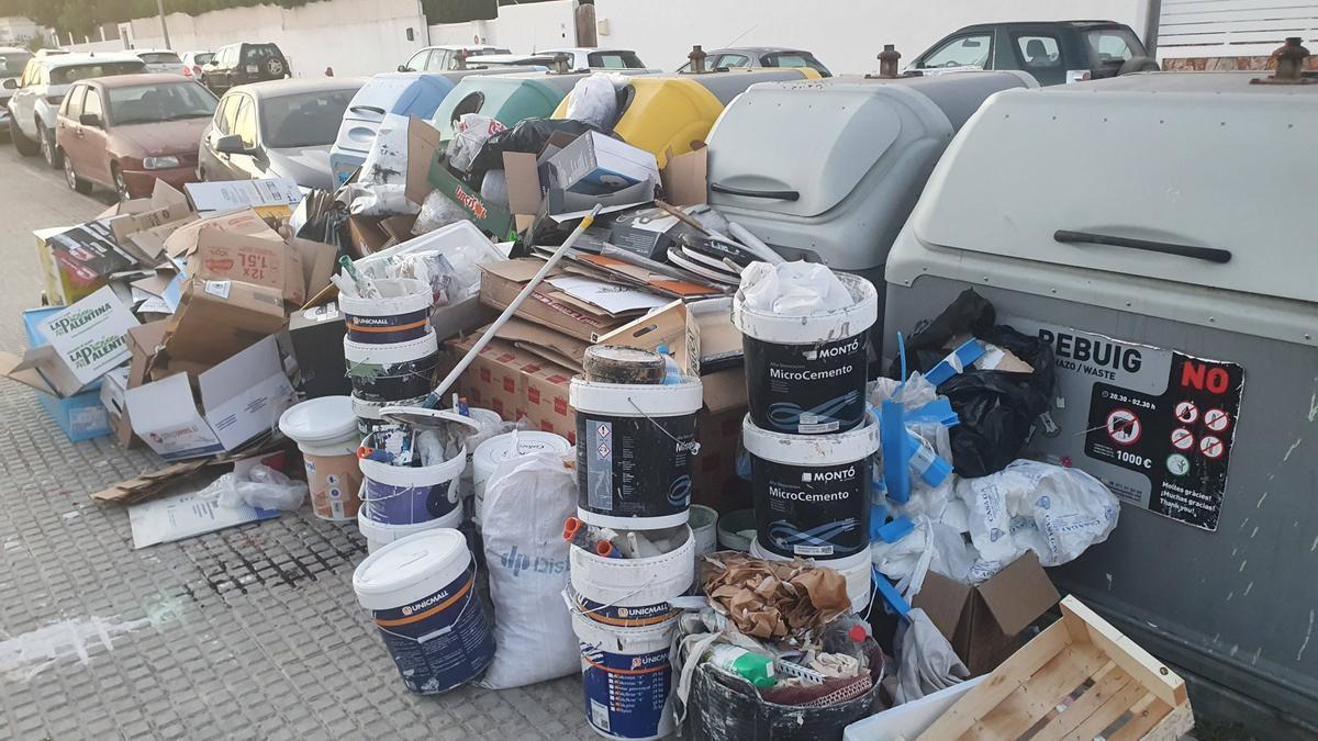 Decenas de kilos de basura distribuidos en numerosas cajas y bolsas, así como restos de obra y escombros depositados sobre la acera.