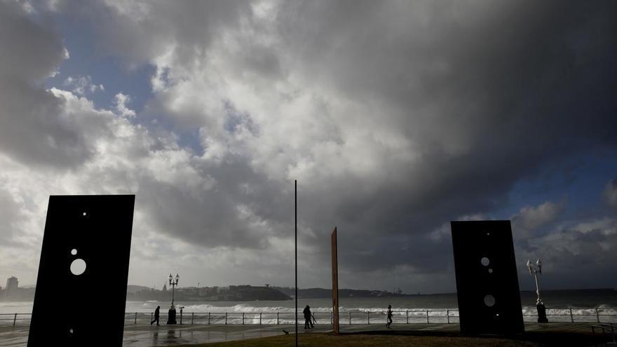 La nubes cubren hoy el cielo de la región con lluvias débiles en la costa