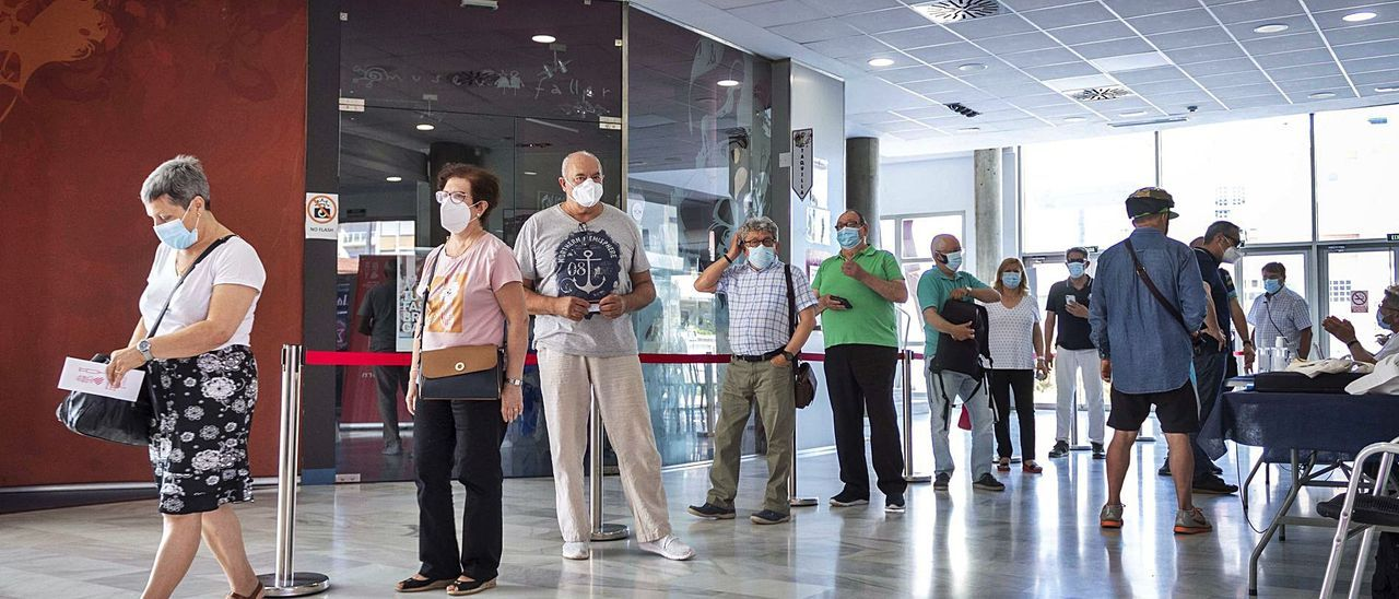 Cola de personas que ayer acudieron al Museu Faller de Gandia para inocularse su dosis.   DANI MONLLOR