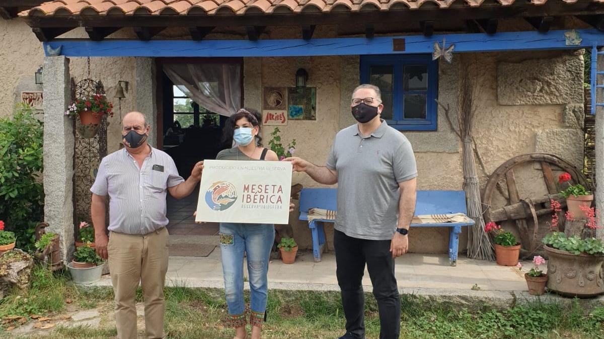 Nuria Martín recibe la placa de la Marca Reserva de la Biosfera