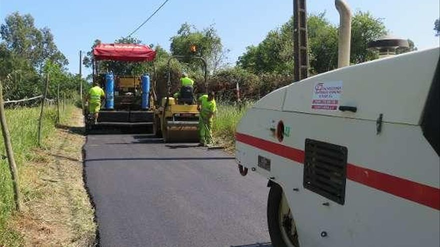 El Concello de A Laracha mejora la calzada de la carretera entre Gabenlle y Cillobre