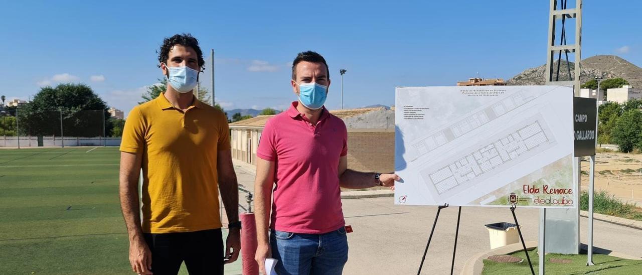 El concejal de Deportes y el arquitecto responsable del proyecto presentando las obras en los campos de fútbol de la Sismat.