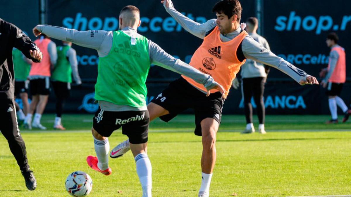 Néstor Araújo y David Juncá pugnan por el balón, ayer, durante el entrenamiento en A Madroa.