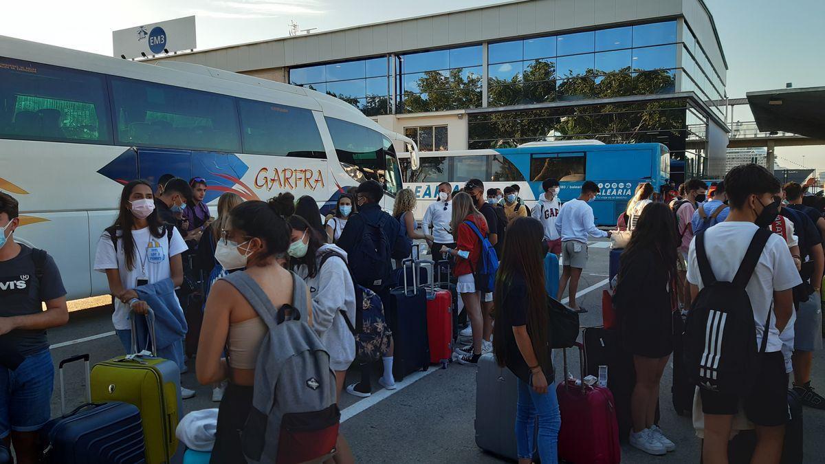 Negativ getestete Abiturienten verlassen Corona-Hotel in Palma de Mallorca