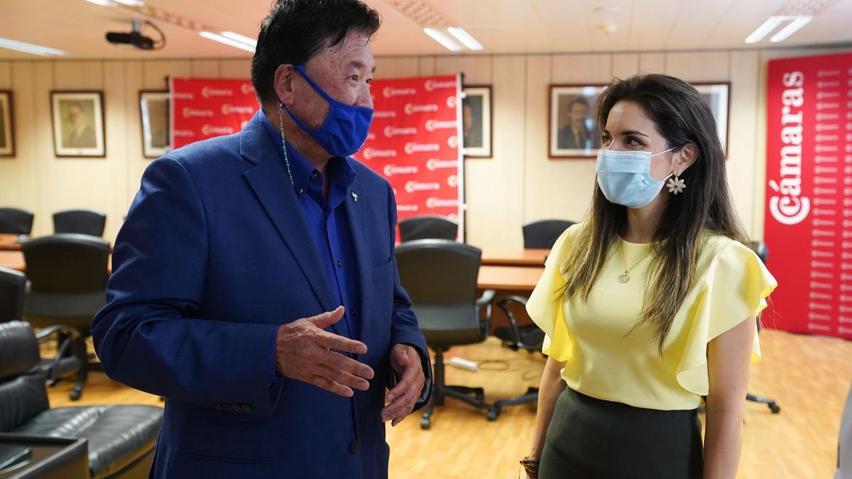 El presidente de la Cámara de Comercio Latina de Estados Unidos, Joe Chi, y la consejera delegada de Acción Exterior del Cabildo de Tenerife, Liskel Álvarez