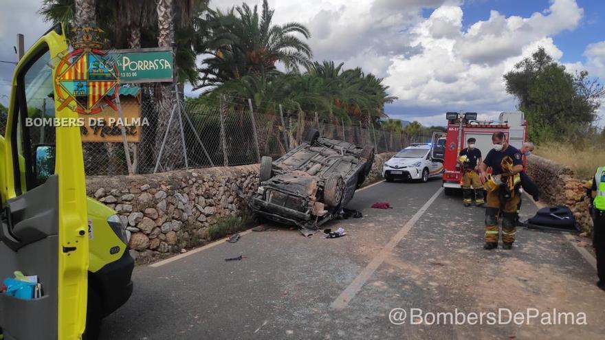Rescatan a un conductor atrapado en un coche tras sufrir un accidente en la Ma-2031