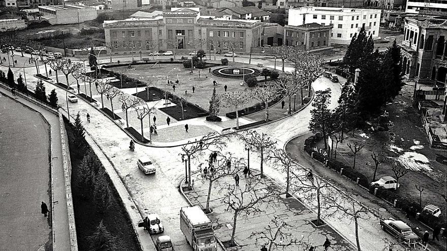 La plaça d'Espanya, coneguda encara com la plaça del 'grupu', la de l'Insti o la del Peguera