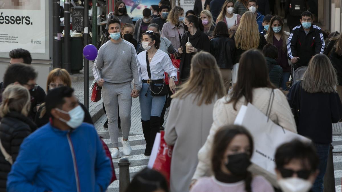 La zona comercial del centro de València, ayer por la tarde antes del cierre de los locales a las 18 horas.