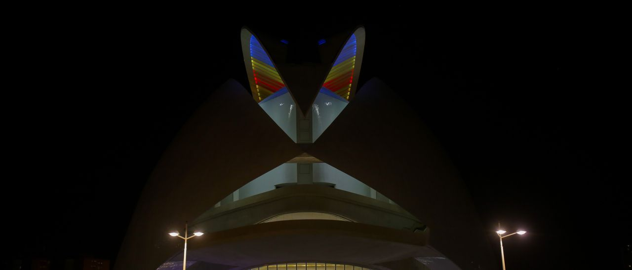 El Palau de les Arts, iluminado con los colores de la Senyera.