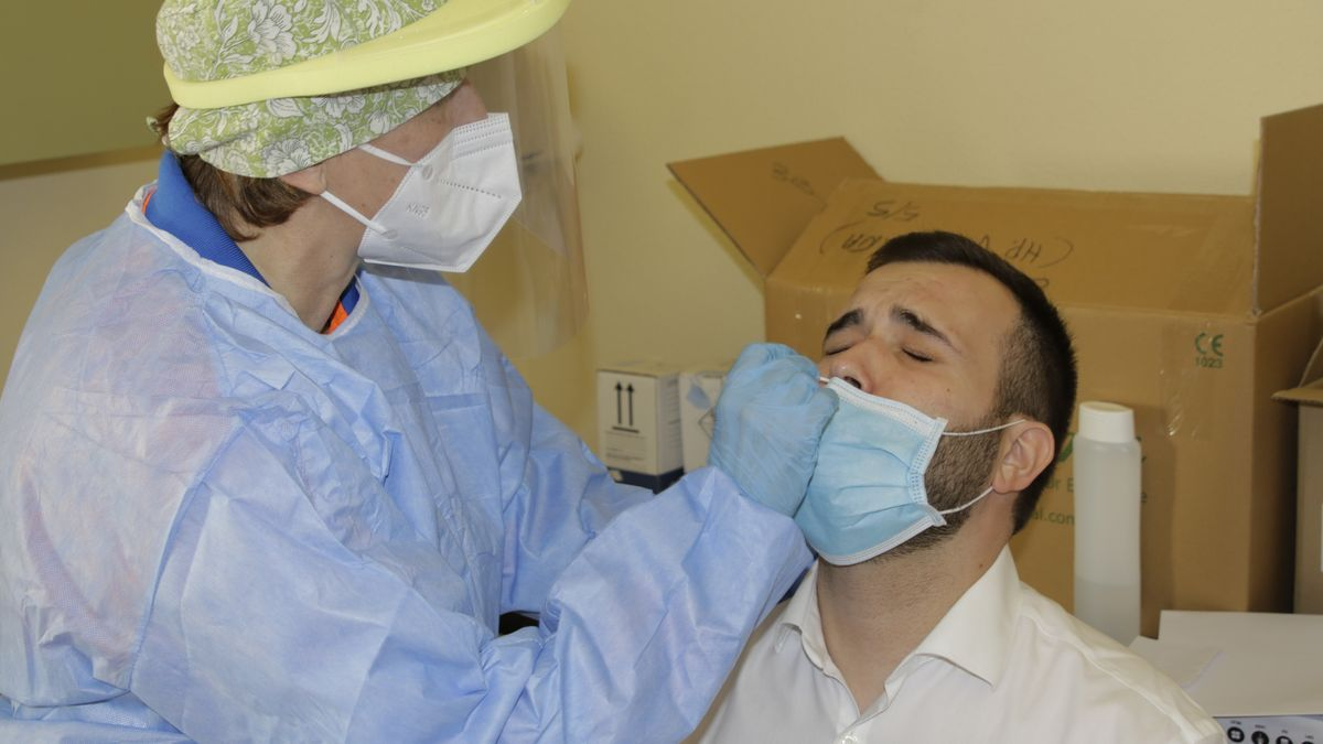 El alcalde, Luis Salaya, mientras se somete a un test de antígenos.