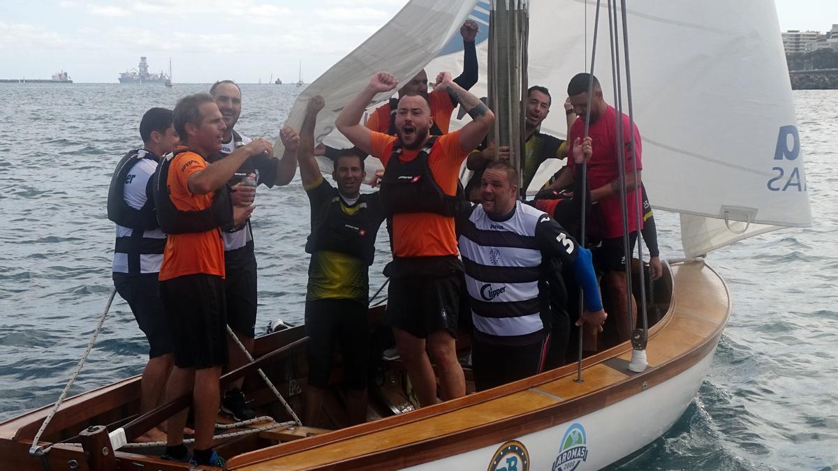 El bote Poeta Tomás Morales celebra la victoria