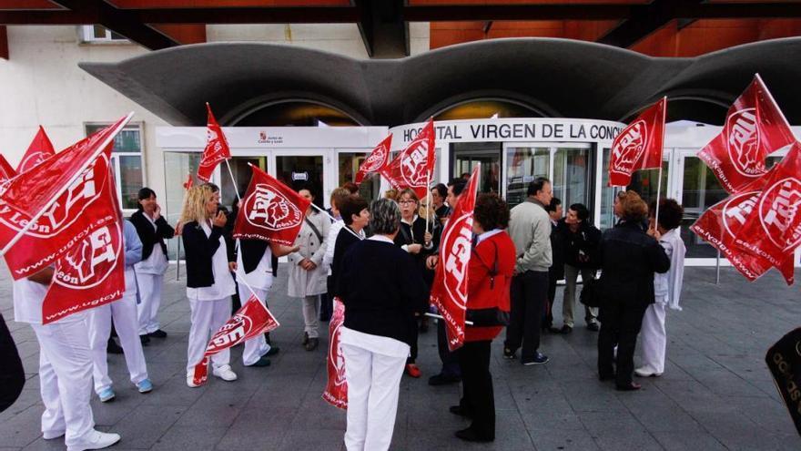 Trabajadoras protestando a la puerta del Virgen de la Concha.