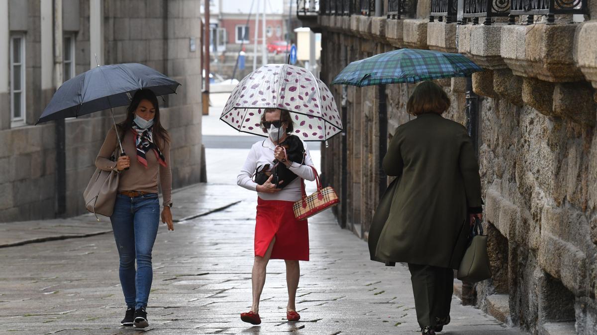 La gente se protege con paraguas en una jornada lluviosa en A Coruña.