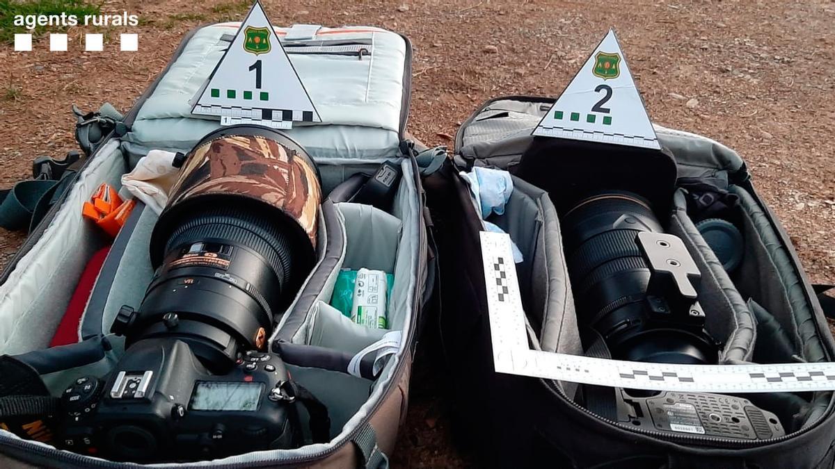 Part del material fotogràfic intervingut pels Agents Rurals a les dos persones denunciades per fer fotos al gall fer
