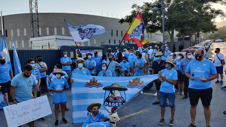70 seguidores de la UD Ibiza se concentran en apoyo del convenio de Can Misses